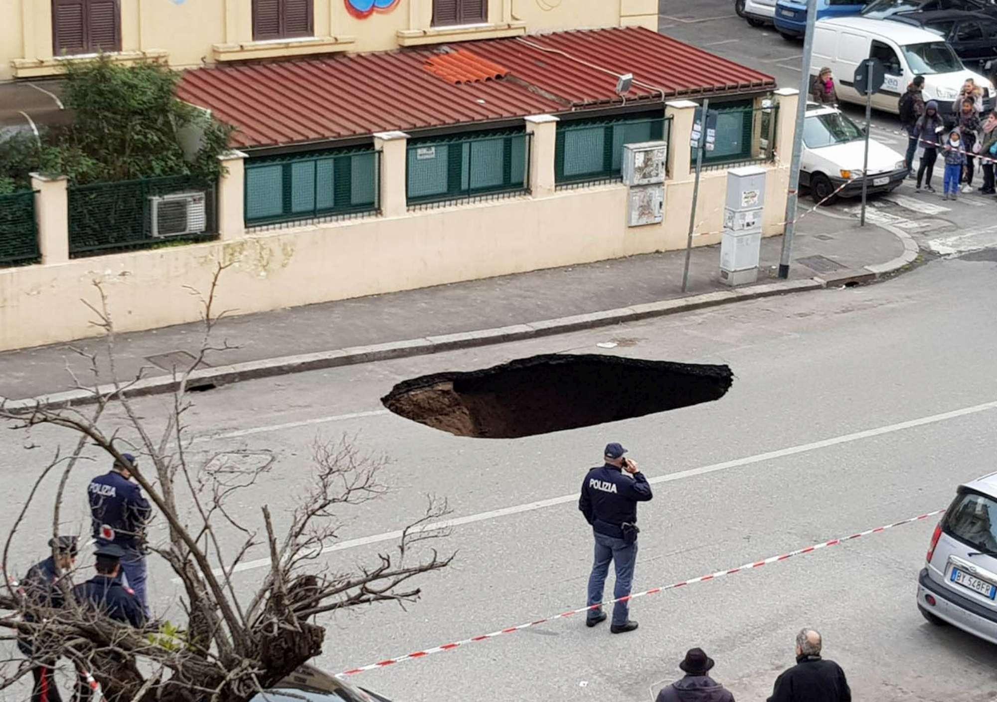 Roma, maxi voragine si apre sotto le auto. Il video del crollo