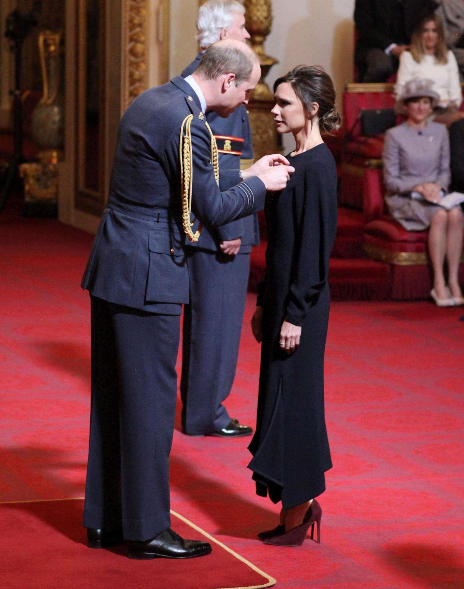 Victoria Beckham a Buckingham Palace per ricevere l Obe