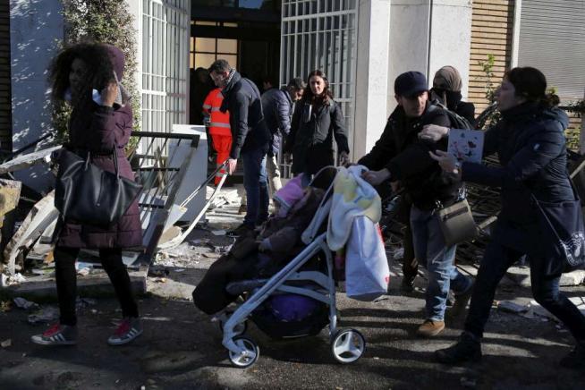 Roma, scontri durante sgombero casa occupata: fermati alcuni attivisti