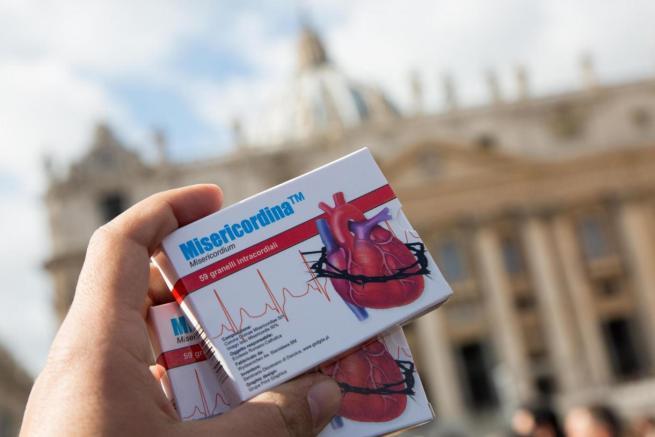 Il Papa ai governi:  Basta pena di morte  E ai fedeli regala la  Misericordina