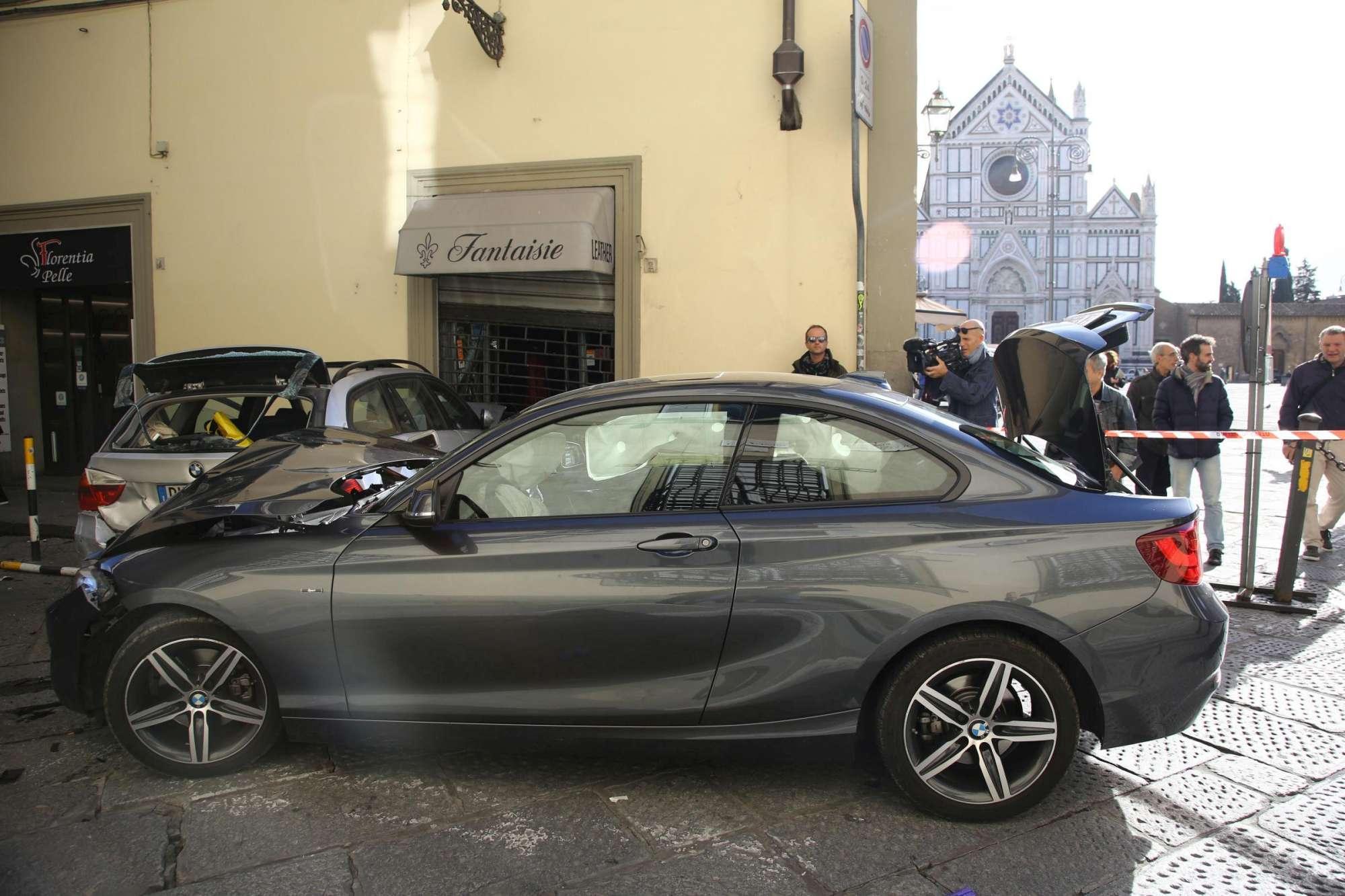 Firenze, anziano alla guida travolge auto e bici: 8 feriti