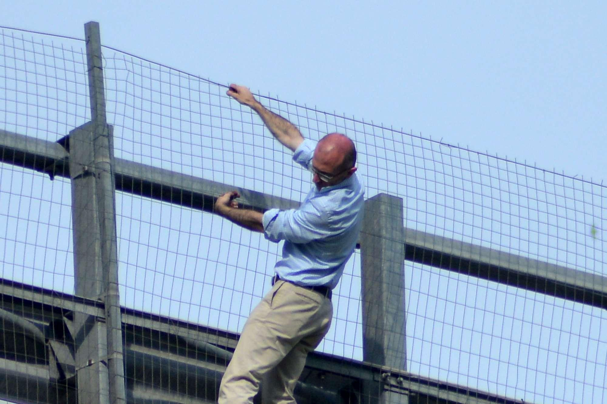 Chieti, lancia la figlia da un ponte dell A14 e minaccia il suicidio