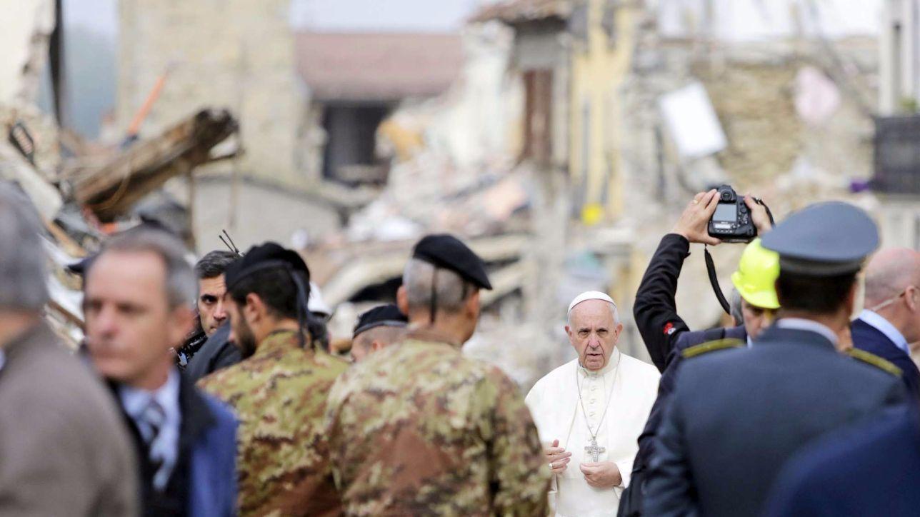 Sisma in centro italia il papa visita le zone colpite dal - Papa francesco divano ...