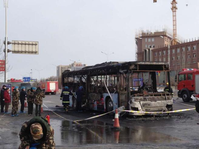 Cina, in fiamme un autobus: 14 morti Ricercato il presunto piromane
