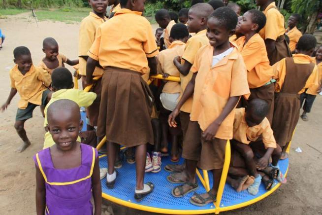 La luce si accende giocando: in Ghana arriva la giostra che produce energia