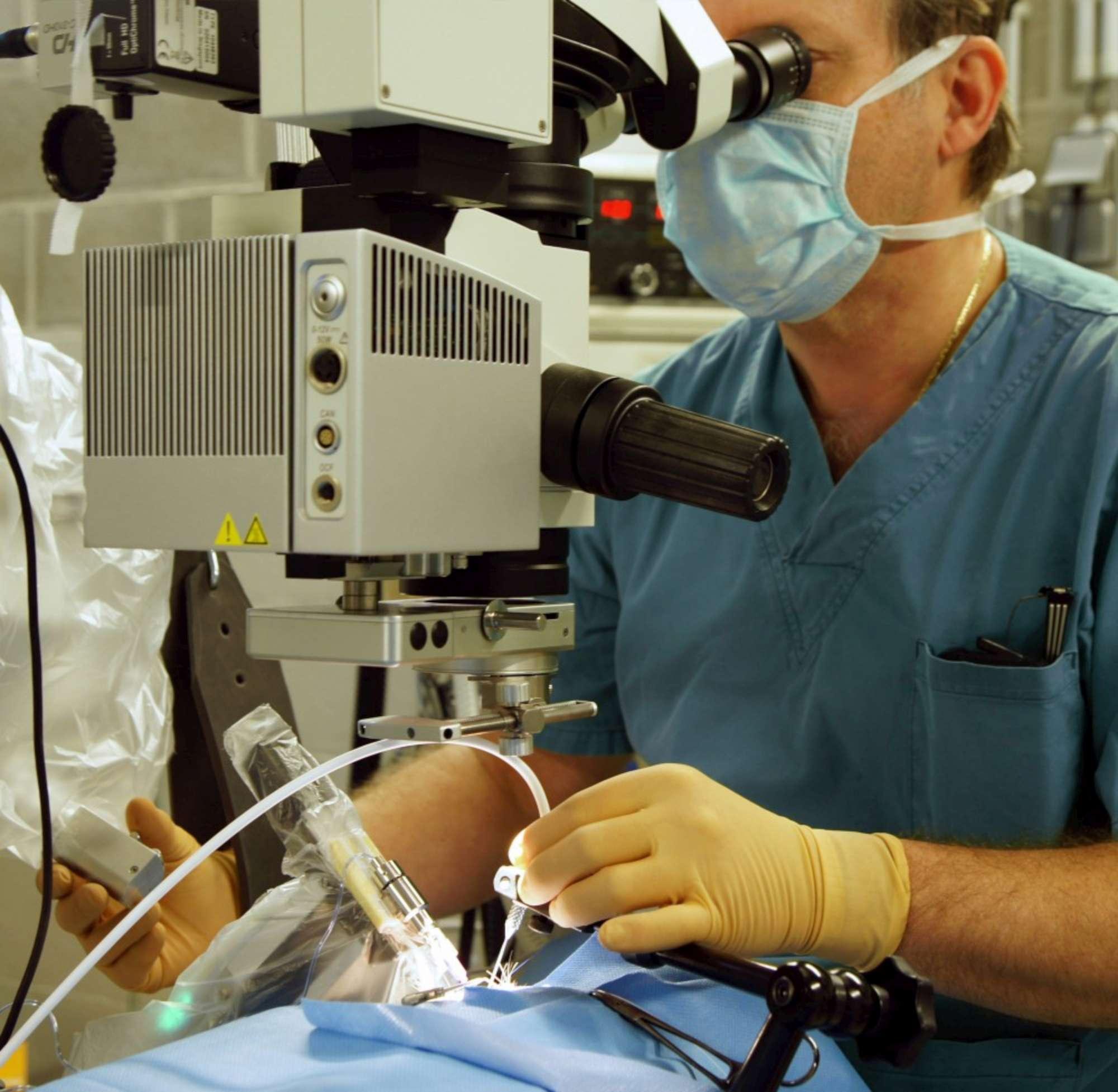 Chirurgia, robot opera occhio paziente. Prima volta al mondo. Robot chirurgo