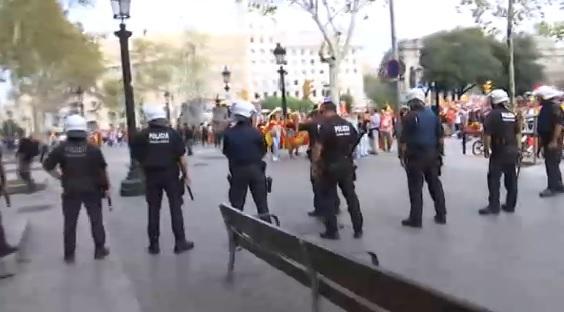 Barcellona in piazza per l unione: momenti di tensione
