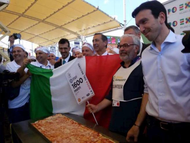 Expo, l'Italia si aggiudica il record della pizza più lunga del mondo: 1.595 metri