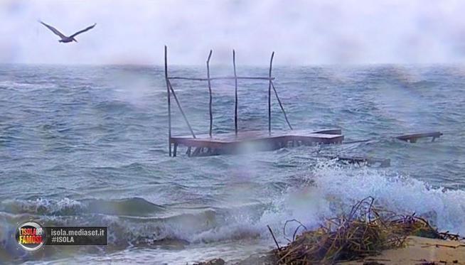 Isola dei Famosi, naufraghi accolti da forte vento e mare in tempesta