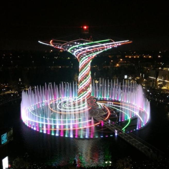 Expo, il cielo di Milano si colora con i fuochi d'artificio e le luci dell'Albero della Vita