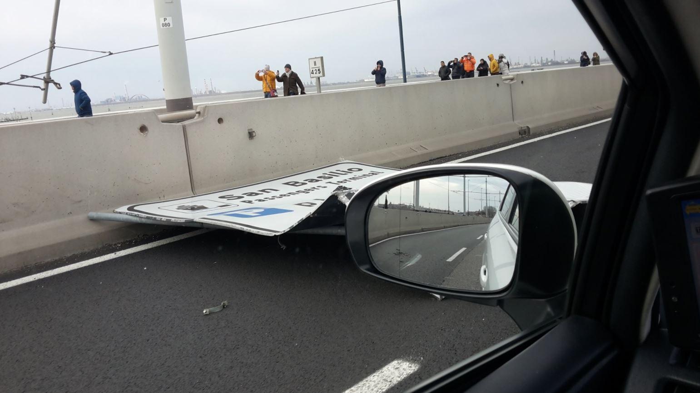Venezia, antenna telefonica crolla su un'auto nel parcheggio del porto di Fusina