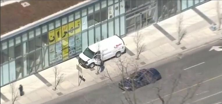 Toronto, furgone travolge pedoni e scappa