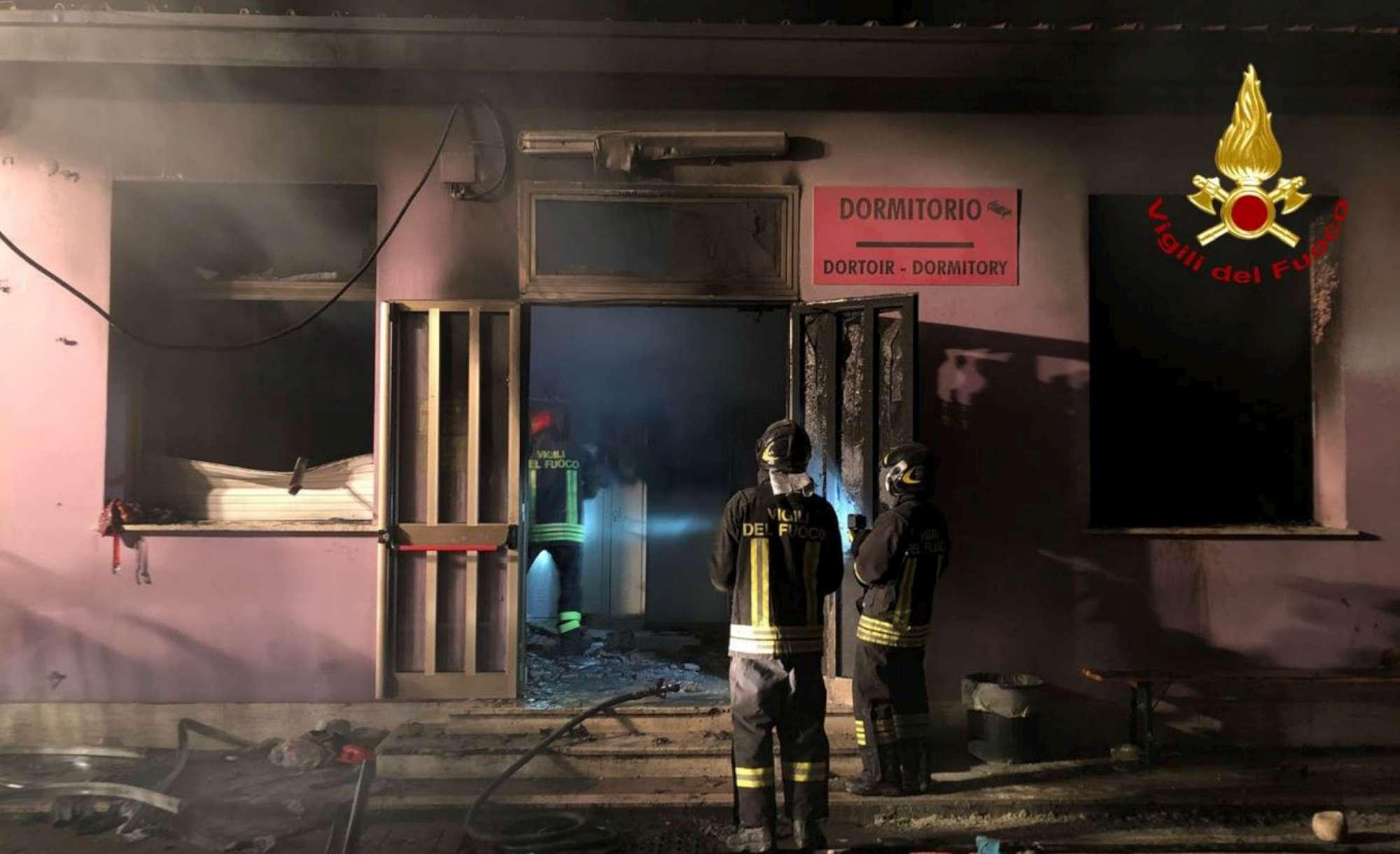 Incendio in una camera del centro accoglienza profughi di Bagnoli: quattro feriti