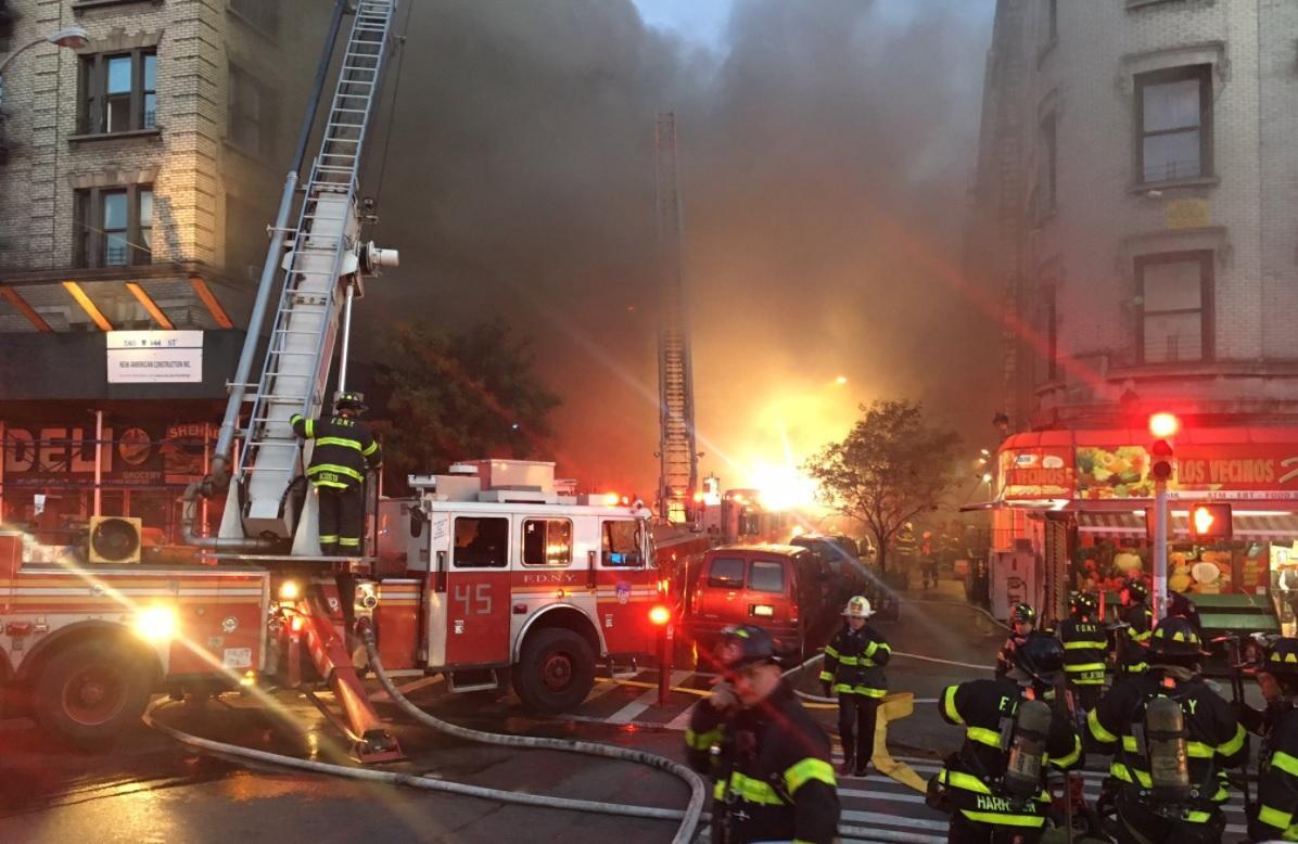 A manhattan brucia palazzo di 7 piani oltre 150 pompieri for Palazzo a 4 piani
