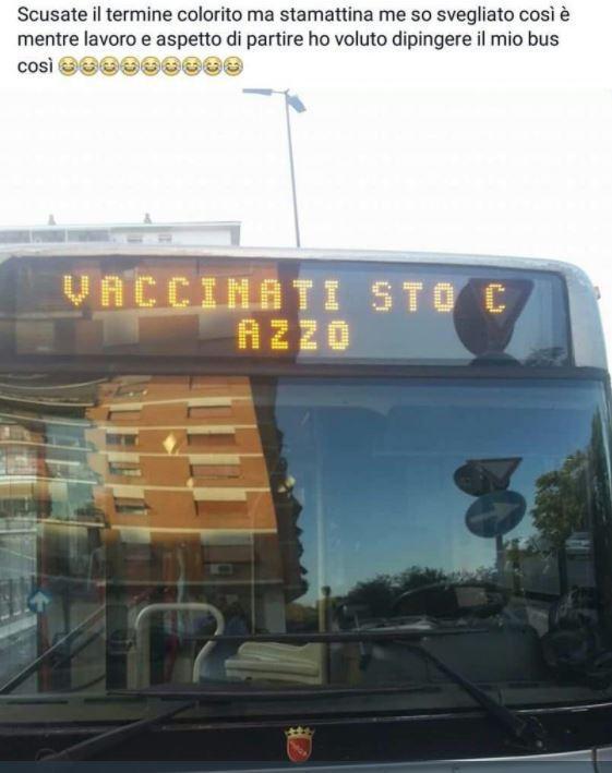 Scritta contro i vaccini su un bus di Roma