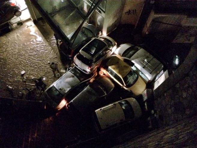 Alluvione a Genova, esondano i torrenti: un morto a Brignole, auto travolte dalle acque
