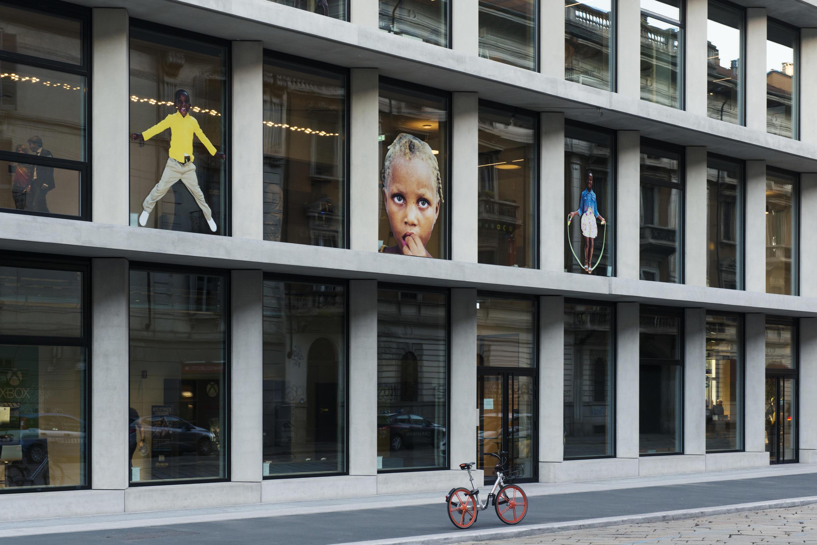 Milano,  Ey You! : i sorrisi dei bimbi di Haiti decorano le facciate della Microsoft House