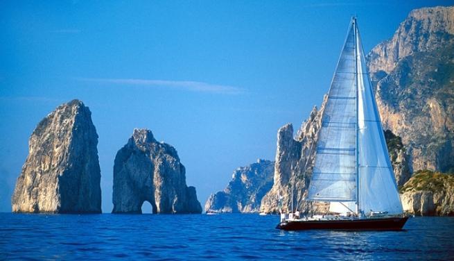 A Capri tra essenze pregiate, mare blu e passeggiate nella natura