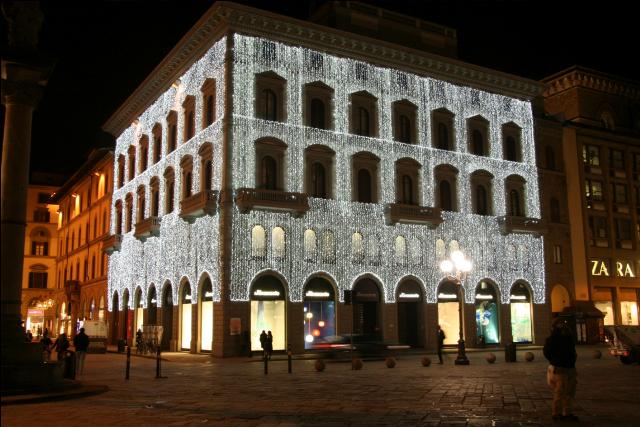 Lucio Mariano, le luminarie fanno brillare di luce le passerelle