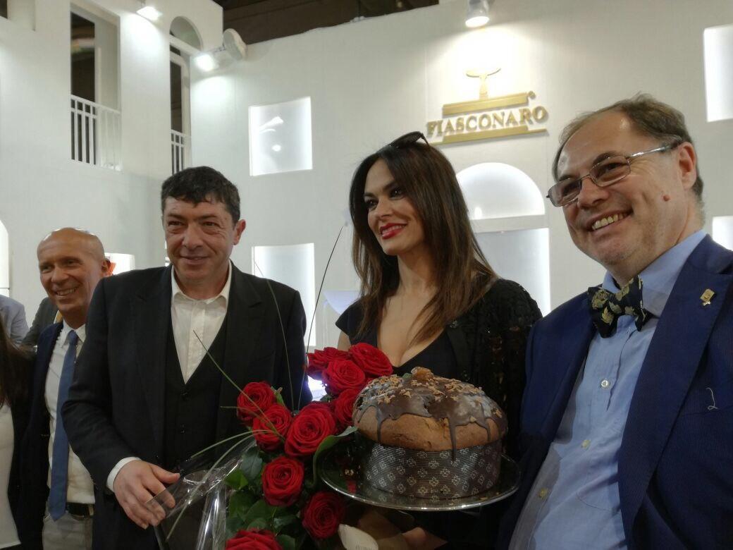 Maria Grazia Cucinotta (ap)prova il panettone siciliano