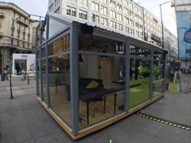"""Milano, sotto un tetto di vetro: in pieno centro parte il reality """"La casa è social"""""""