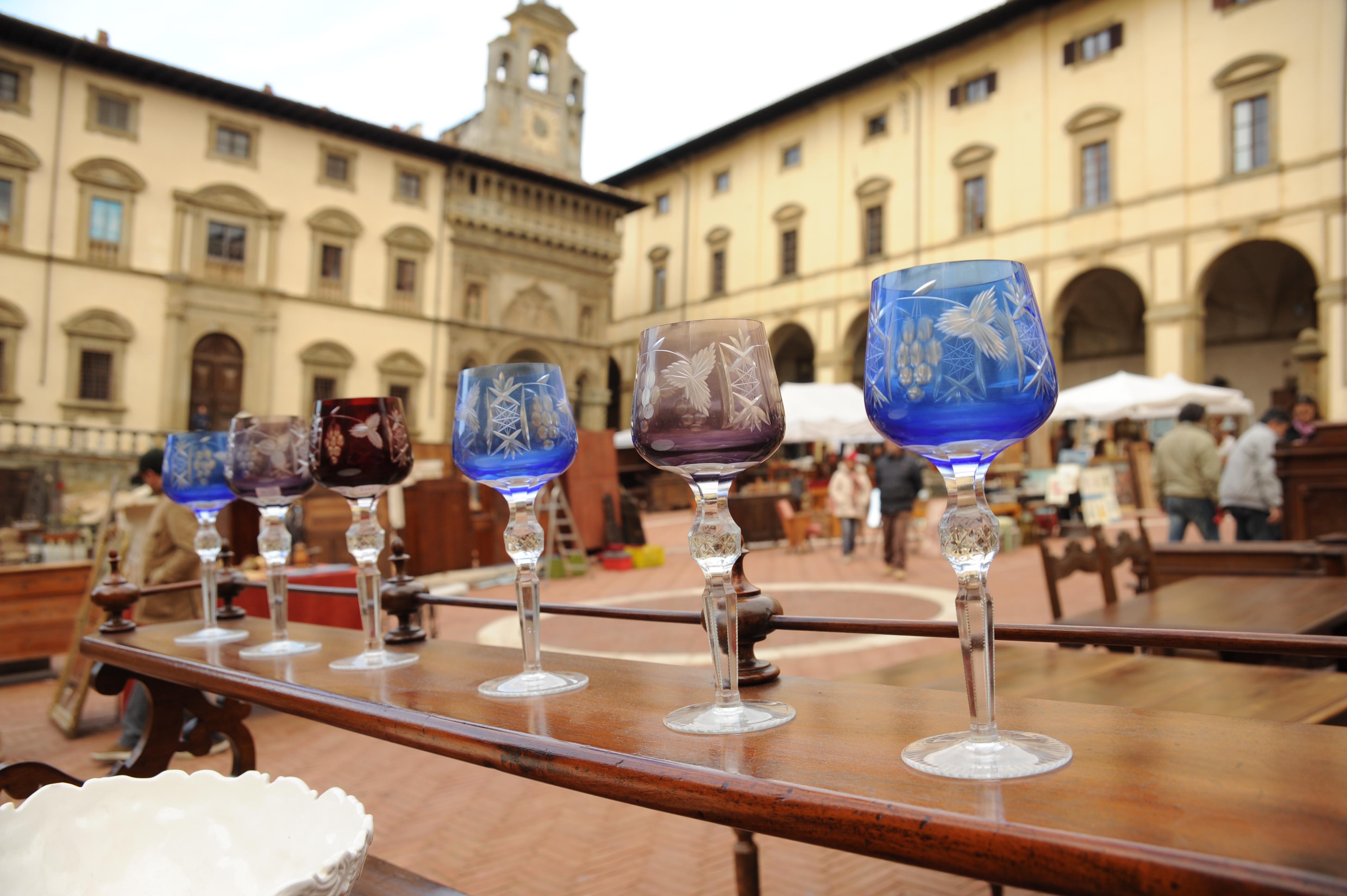 Ad arezzo l antiquariato incontra il 68 foto tgcom24 for Arezzo antiquariato