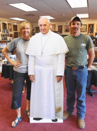 Il Papa a New York, scatta la gadget-mania: dalle tazze alle felpe, passando per bambole