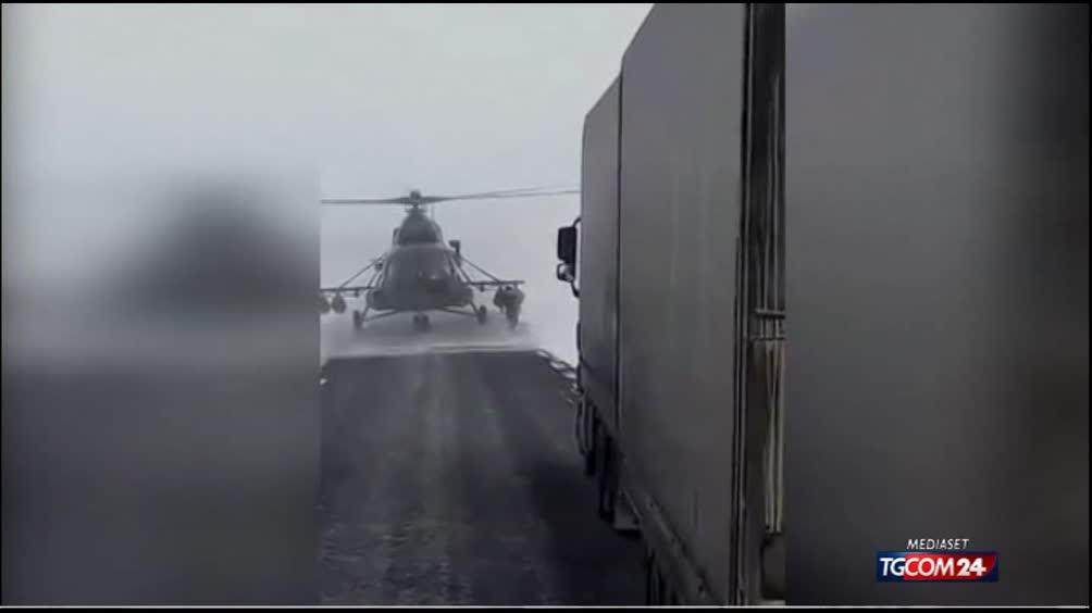 Elicottero Mediaset : Kazakistan elicottero atterra in autostrada il pilota