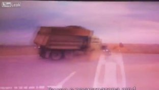 Russia, l incidente è cruento: automobilista travolto da due camion