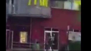VIDEO - Killer spara sui passanti davanti a Mc Donald s