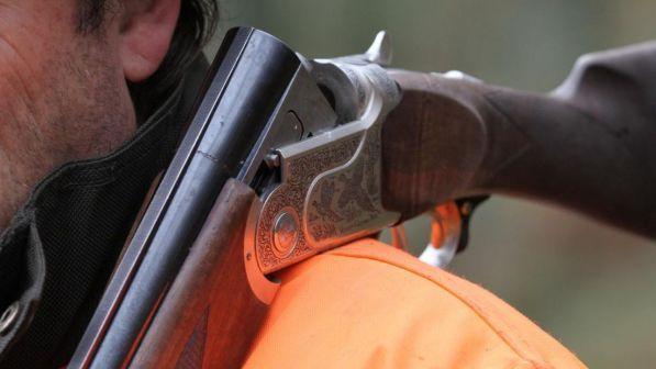 Incidente durante una battuta di caccia: scambia il padre per un cinghiale e lo uccide
