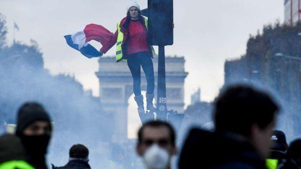 gilet gialli invadono parigi:è guerriglia,manifestanti alle porte dell eliseo.irruzione a casa di una deputata