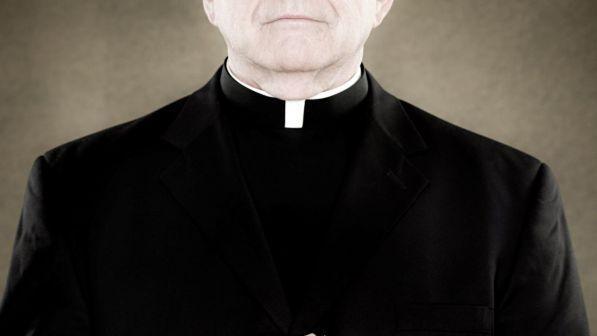 prete di 70 anni sorpreso nudo in auto con una bimba di 10 anni: arrestato. lui:
