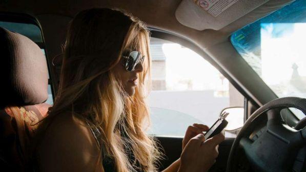 Giro di vite sulla distrazione al volante: la polizia potrà controllare i telefonini
