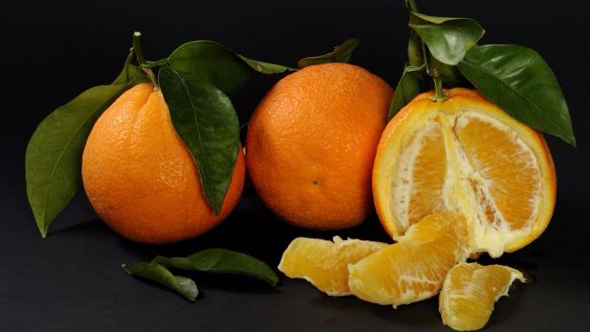 Acqua pura e sostenibile, bucce d'arancia e scarti petroliferi