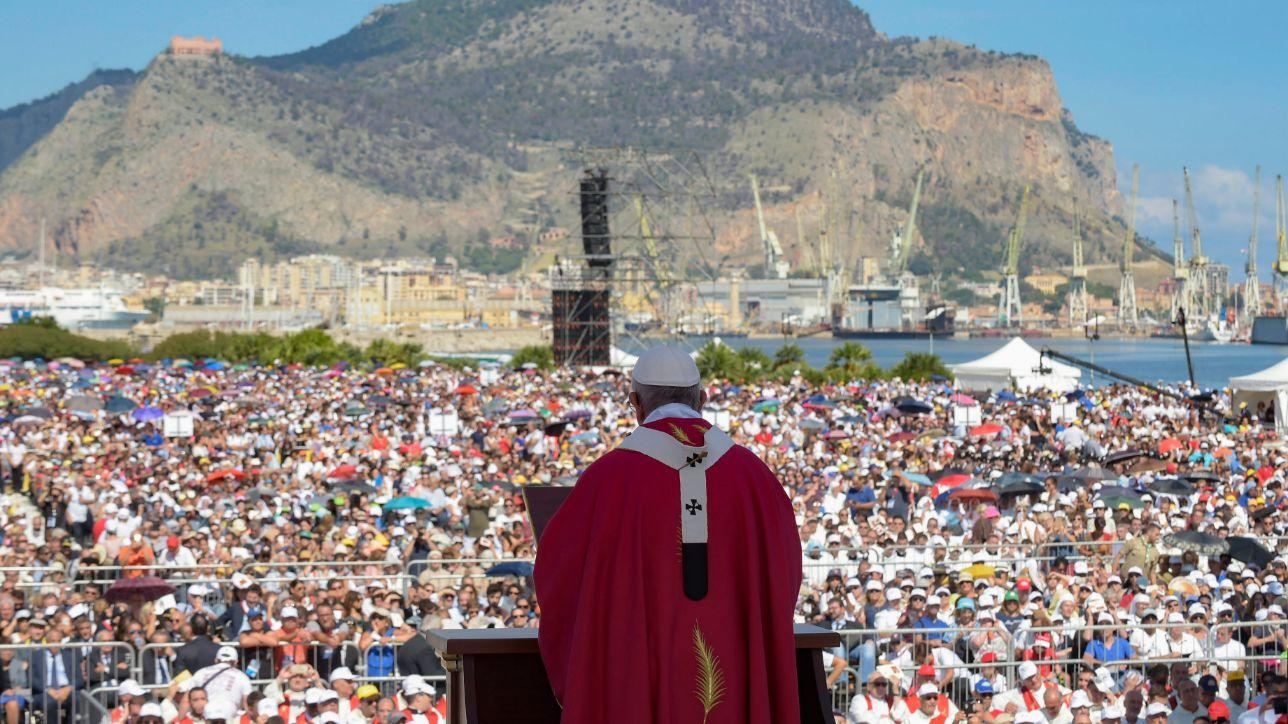 Papa francesco la piet popolare non sia strumento della - Papa francesco divano ...
