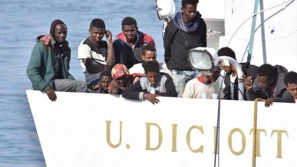 migranti: diciotti in porto, 2 i denunciati. ma salvini insiste: