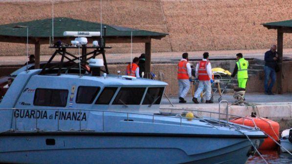 Sea Watch 3 sequestrata dalla Gdf: migranti fatti sbarcare a Lampedusa | Ira del Viminale