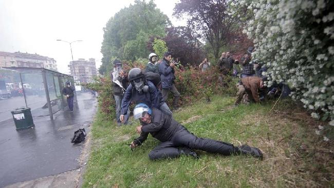 Milano, scontri al corteo No-ExpoMolotov, bombe carta, auto in fiamme