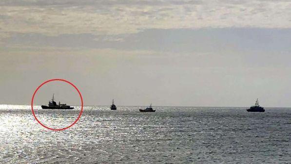 Migranti, la nave della Ong Mediterranea ferma davanti a Lampedusa | Salvini: