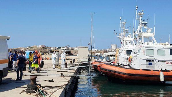 Open Arms, Naufraghi si lanciano in mare per raggiungere la riva