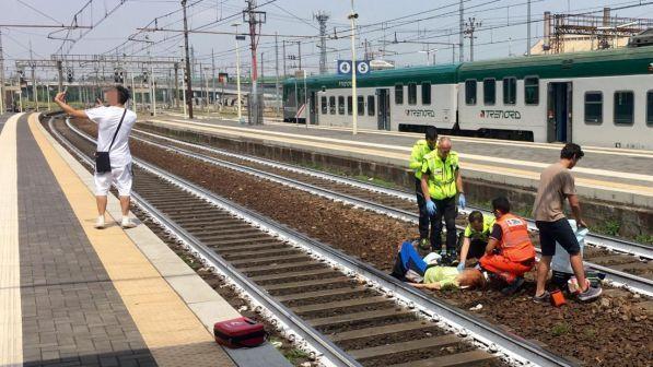 Piacenza, selfie con donna appena investita da un treno  bloccato dalla  polizia d0a5269e8f