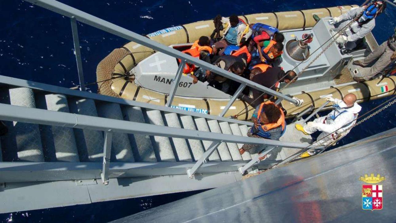 lampedusa, sbarcati altri 108 migranti: hotspot al collasso | allarme degli 007: