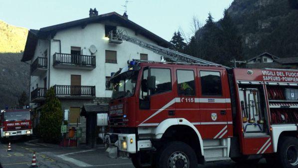 Aosta, incendio in mansarda: si getta dalla finestra, muore sul colpo