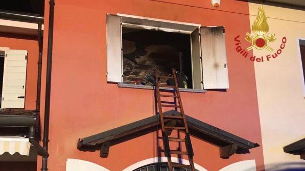 Mantova, padre dà fuoco alla casa con dentro il figlio: l'11enne è morto