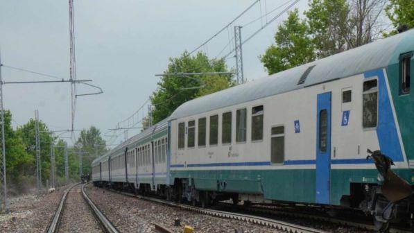 Bari, paga il biglietto del treno a un migrante e racconta