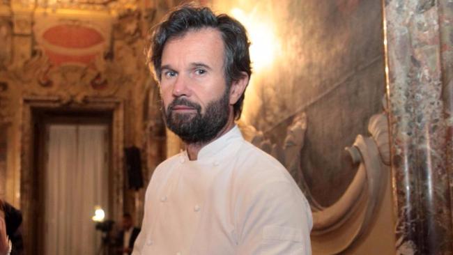 Milano, blitz dei vegani nel ristorante di Carlo Cracco: