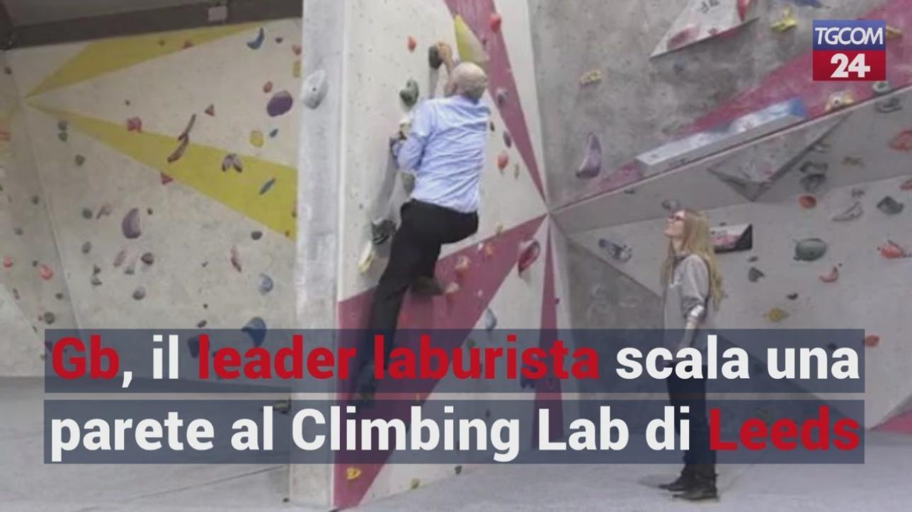 Scalare Pareti Milano : Gb il leader laburista scala una parete al climbing lab di leeds