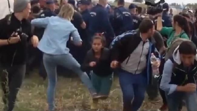 Calci e sgambetti ai profughi in fuga in Ungheria: licenziata operatrice televisiva