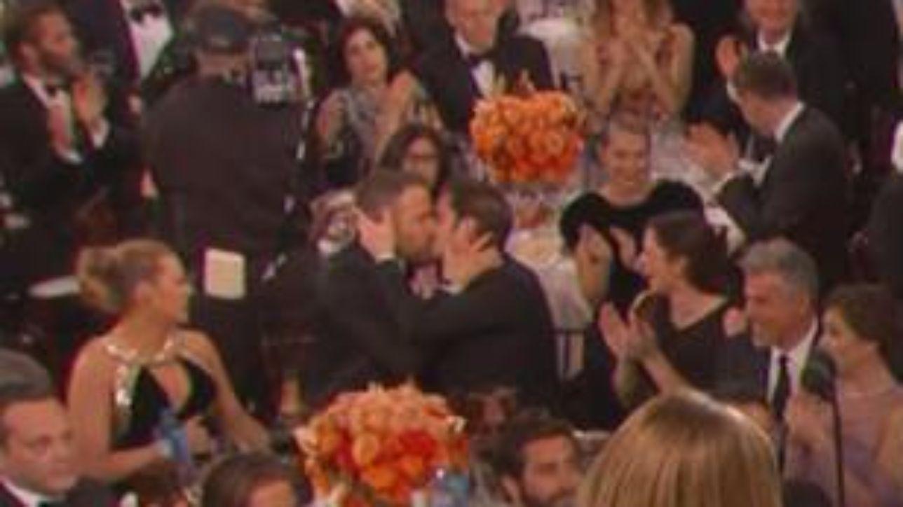 Ryan Reynolds e Andrew Garfield, bacio sulle labbra dopo la sconfitta